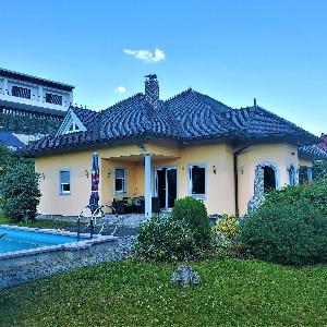 Prodamo atraktivno stanovanjsko hišo z bazenom
